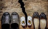 Schoenen van ouders en kind opgedeeld